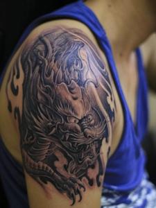 大臂具有男人味的传统邪龙纹身图案