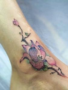 裸脚上的性感彩色花朵纹身刺青