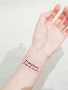 一组手腕上的简单小清新纹身图案