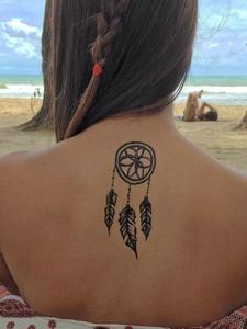海滩上的性感美女后背海娜纹身图案