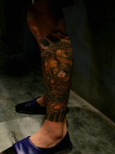 包小腿彩色莲花与狮子纹身图案