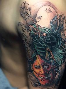 鲤鱼与般若结合的彩色花臂纹身图案