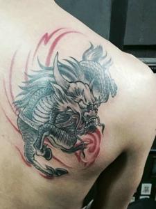 传统魅力的一款后背麒麟纹身图案