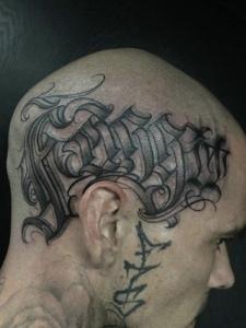 头部侧边的花体英文纹身图案很抢眼
