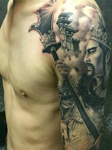 魅力十足的大臂传统关公纹身图案