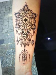 手臂时尚精美的海娜纹身图案