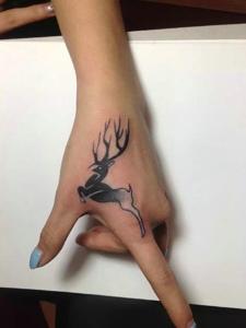纹在手上的小鹿纹身图案很可爱