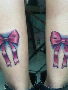 双小腿外侧一对彩色蝴蝶结纹身图案