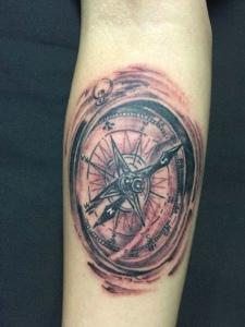 手臂一款时尚指南针纹身图案