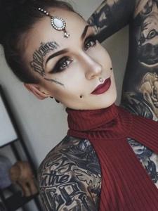 一组欧美女性火辣辣的满身纹身图案