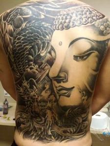 龙与佛祖混合的满背纹身图案