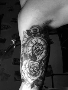 手臂一款3d指南针纹身图案