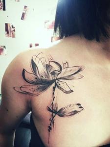 爱美女孩胸前一朵莲花纹身图案