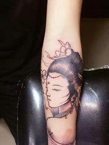 手臂一枚精致的花妓纹身图案