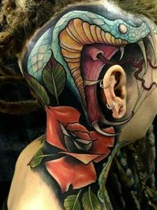 另类男士头部彩色3d小蛇纹身图案