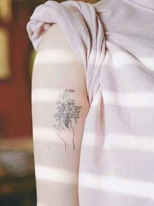 女生肩膀和手臂上的清爽气质图案刺青