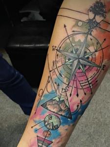 手臂时尚水彩指南针纹身图案