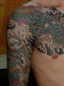霸气的彩色半甲邪龙纹身刺青