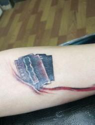 手部立体滴血刀片纹身