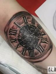 手臂黑灰复古钟表纹身
