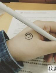 简单的小小笑脸纹身