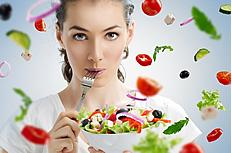 手端蔬菜沙拉的美女图片