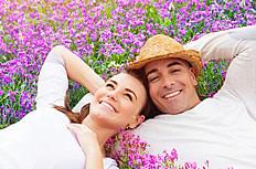 花海中的浪漫情侣图片