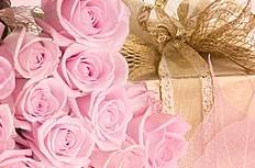 粉色玫瑰花与礼品盒图片