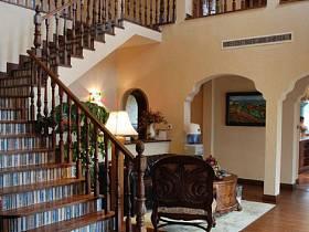 美式别墅过道楼梯装修效果展示