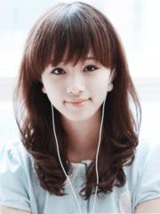 女人味中长发卷发发型图片[4P]