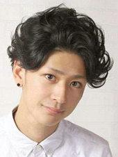 日系男生短卷发发型图片[4P]