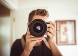 正在拍照的男摄影师图片_14张