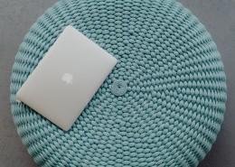 笔记本电脑放在蓝色坐垫上的图片_10张