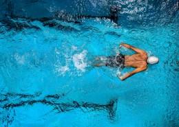 在水里游泳的人图片_11张