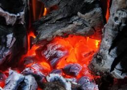 燃燒著的木炭圖片_10張