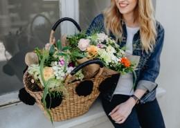 女孩提着装满鲜花的篮子图片_10张