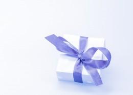打着蝴蝶结的礼物盒图片_10张