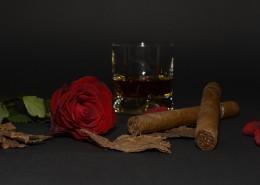 雪茄、玫瑰和啤酒放置一起图片_9张