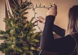 装饰圣诞树的女孩图片_9张