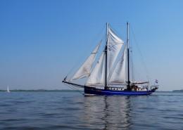 海面航行的白帆船图片_12张