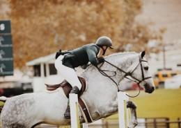 在马场骑马的美女图片_10张