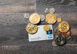 虛擬貨幣和硬幣還有信用卡放在一起圖片_12張