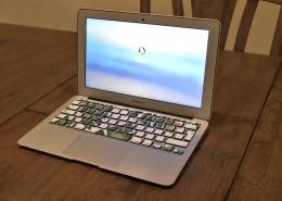 放在桌上的笔记本电脑图片_10张