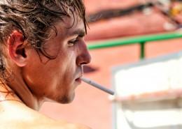 正在抽烟的人图片_13张
