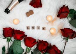 情人节用玫瑰和桌上游戏制造的惊喜图片_10张