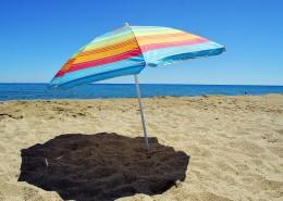 海滩上的太阳伞图片_13张