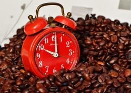 红色闹钟和咖啡豆放在一起图片_10张