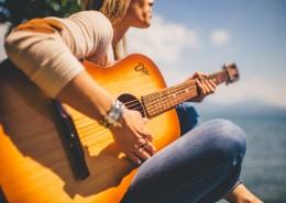 弹吉他的人物图片_14张