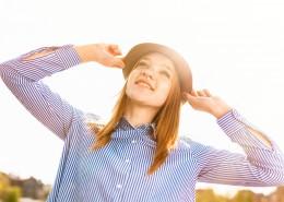 戴帽子的金发美女图片_10张