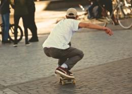滑滑板的时尚青年图片_11张